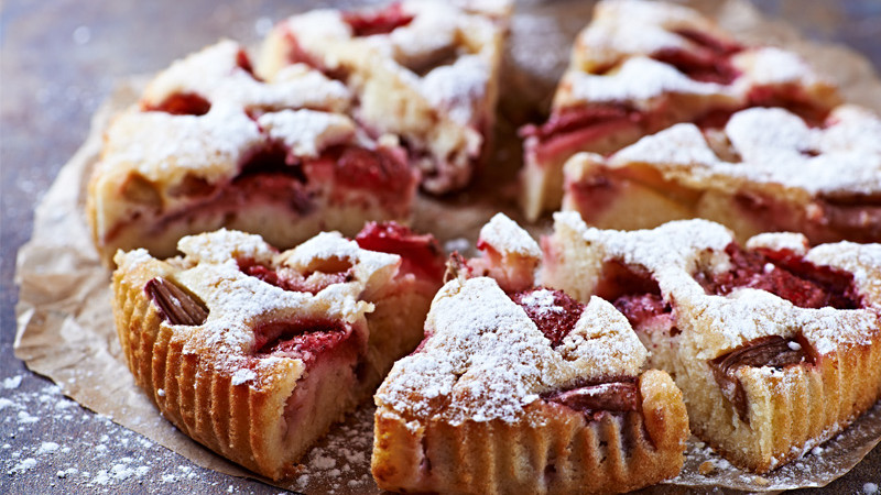 strawberry-and-rhubarb-cake